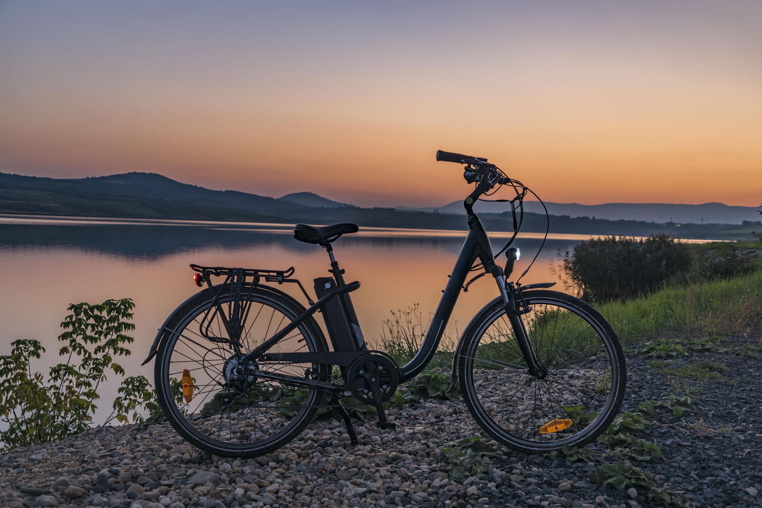 faróis de bicicleta à noite