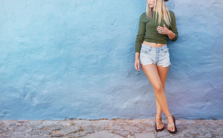menina com pernas bem torneadas