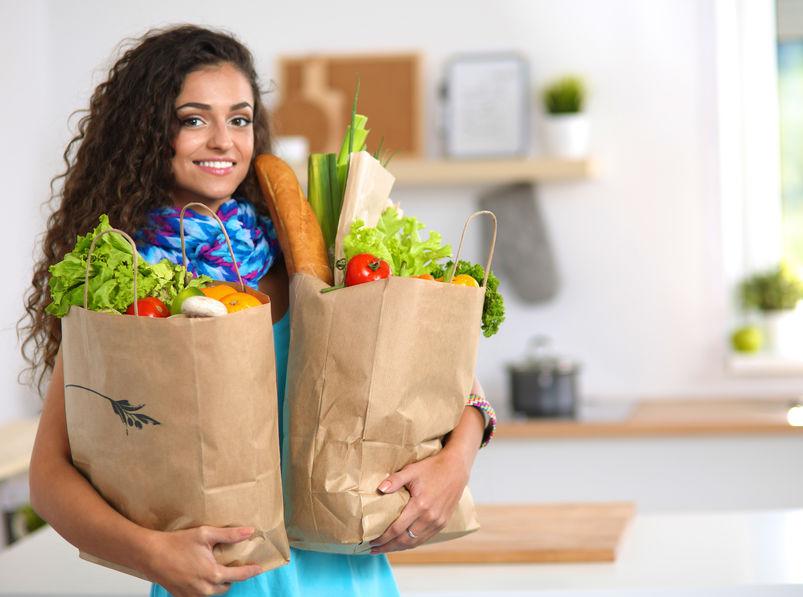 garota carregando sacolas de compras