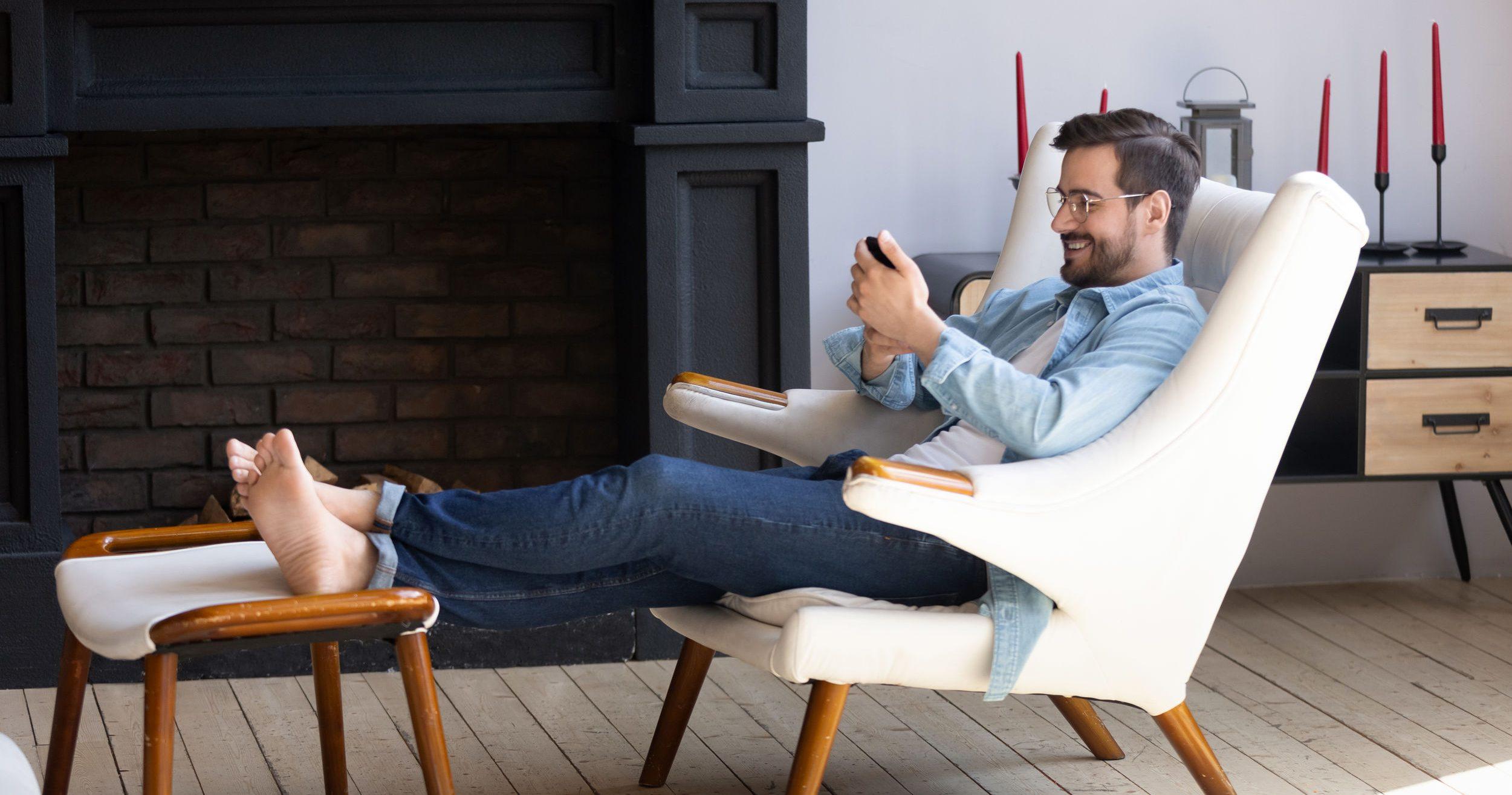 homem usando um apoio para os pés
