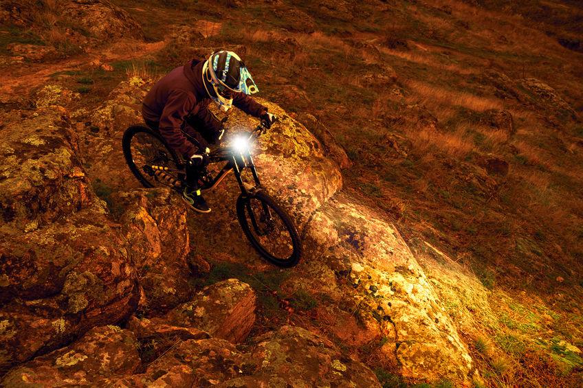 iluminando o caminho com farol de bicicleta