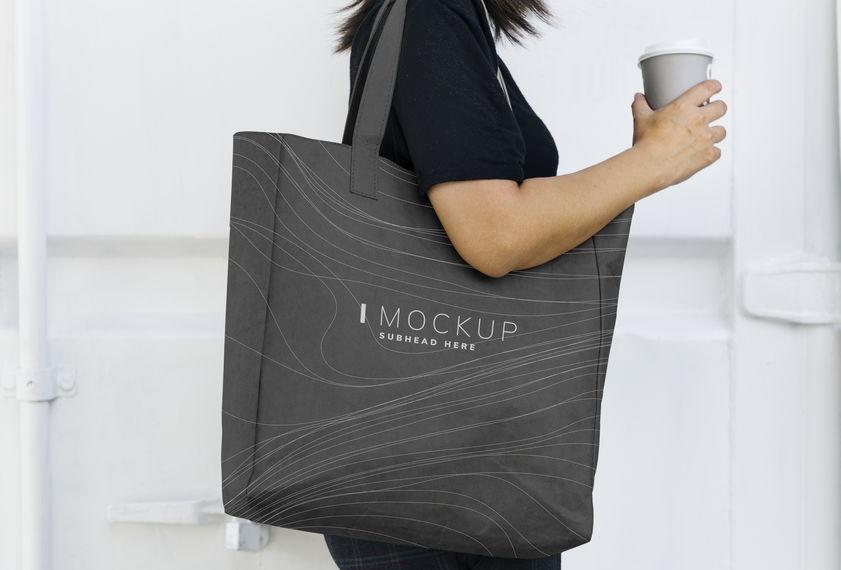 menina com sacola de compras