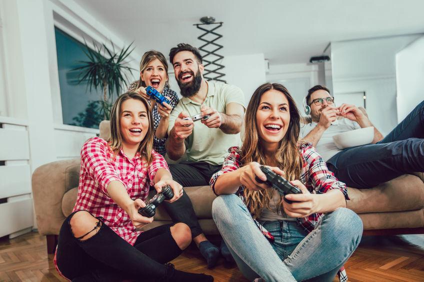 amigos jogando videogame