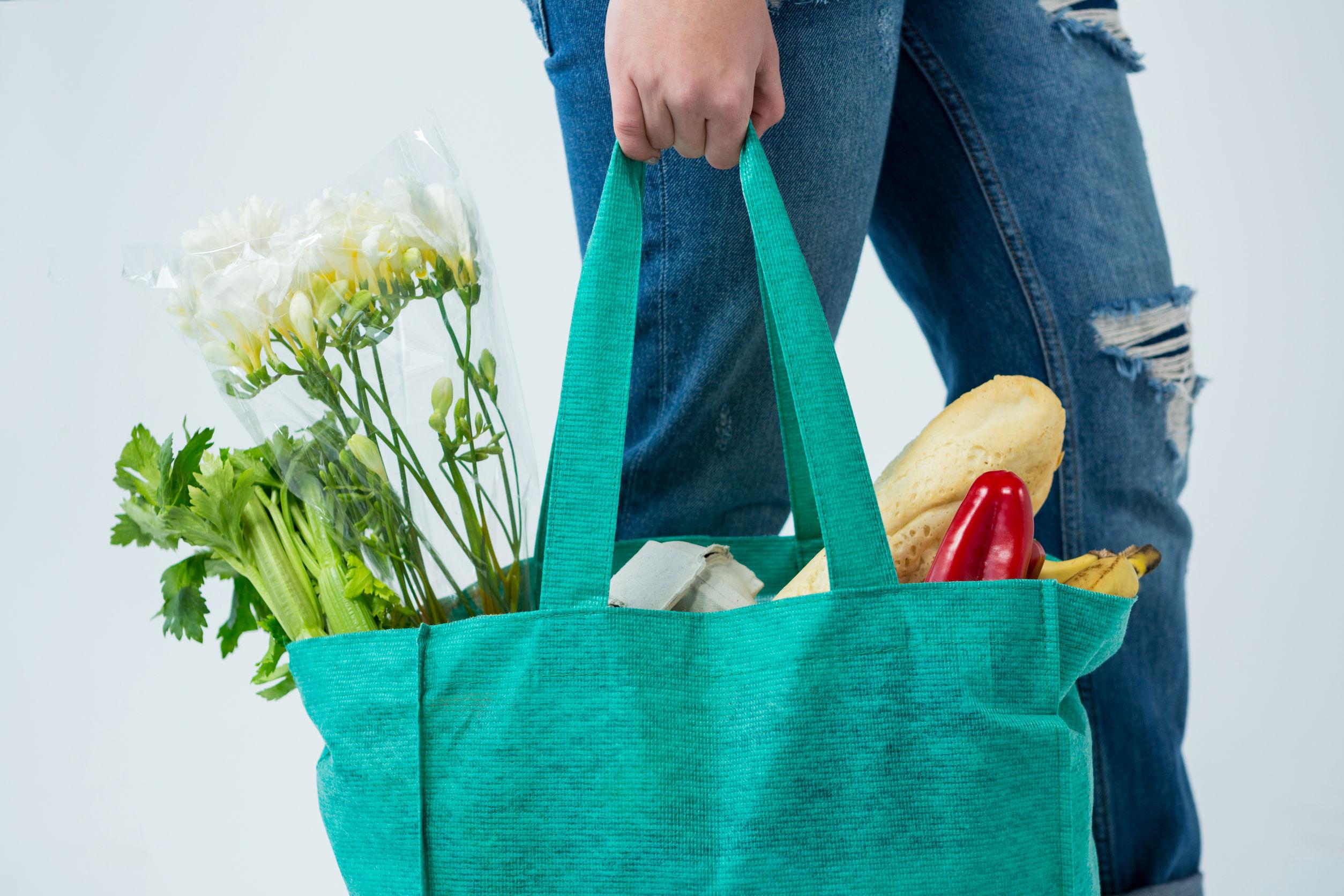 carregando sacola de compras