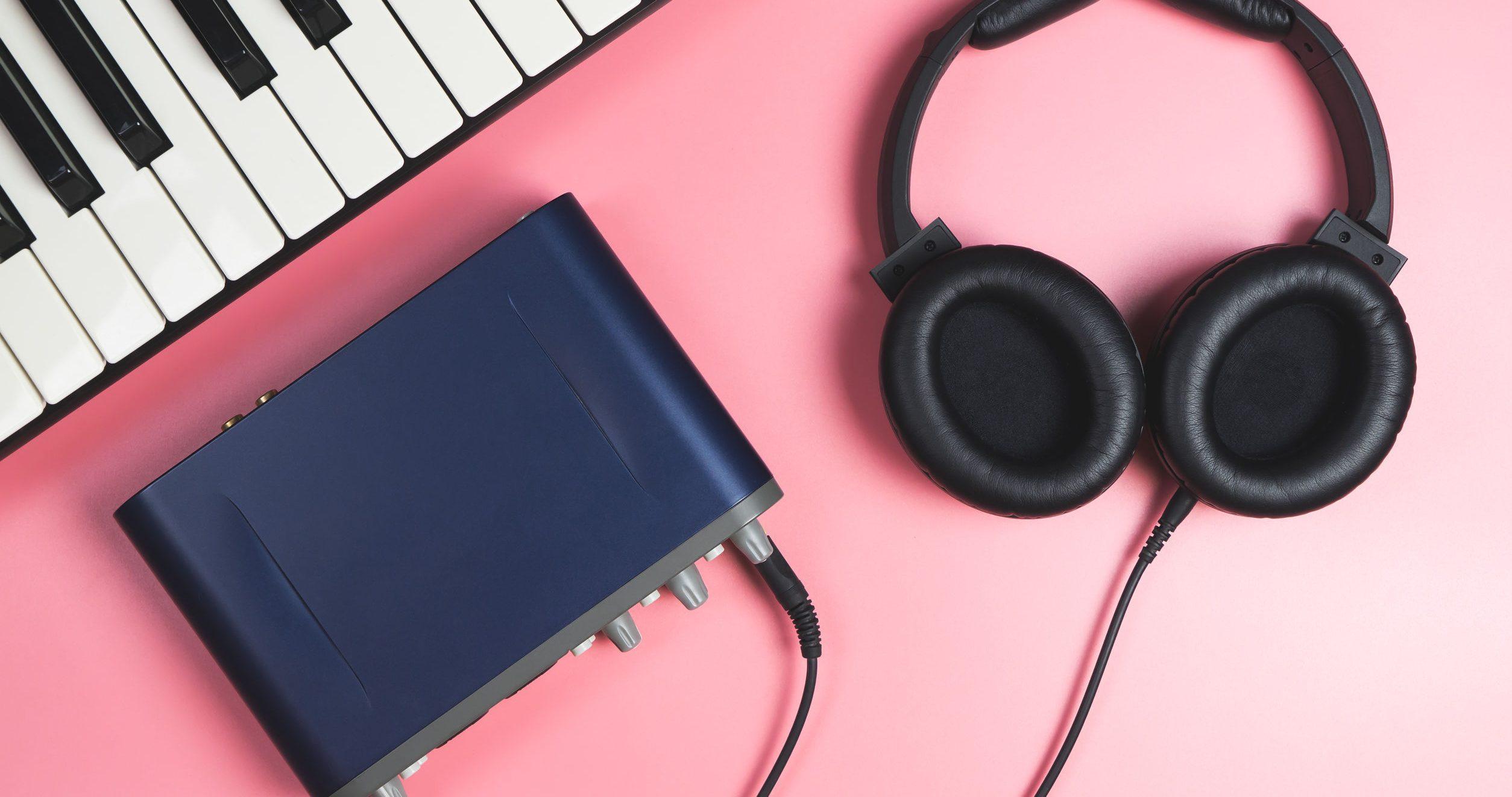 placa de som externa e fones de ouvido