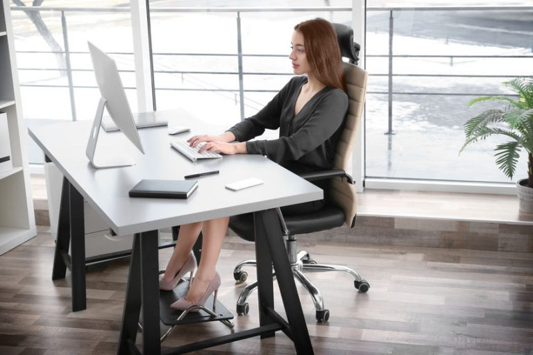 menina usando apoio para os pés no escritório