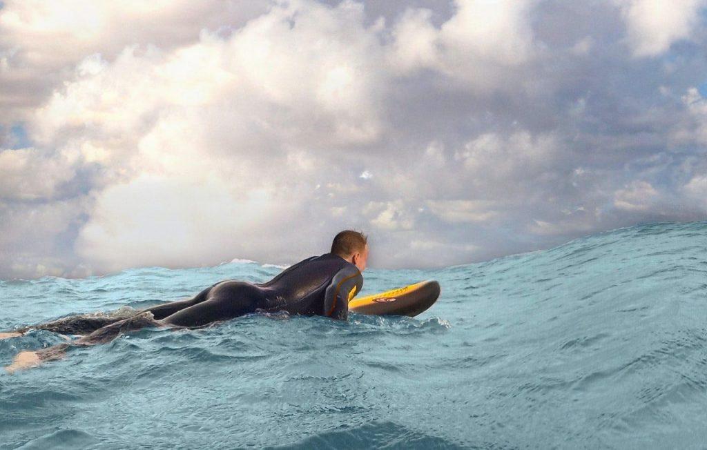 menino na prancha de surf
