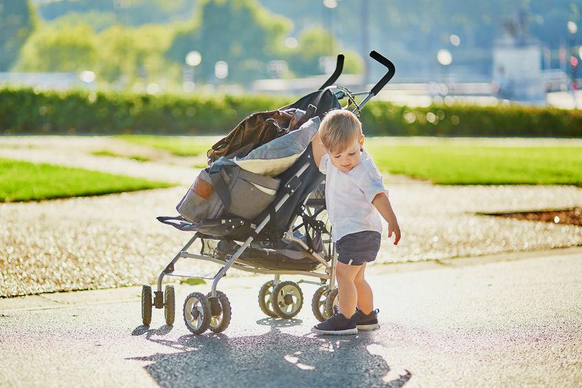bebê empurrando carrinho