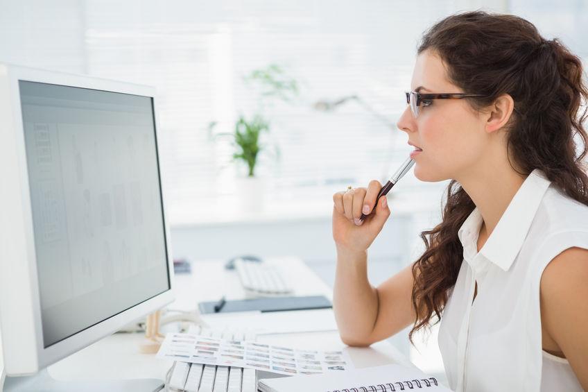 garota trabalhando no escritório