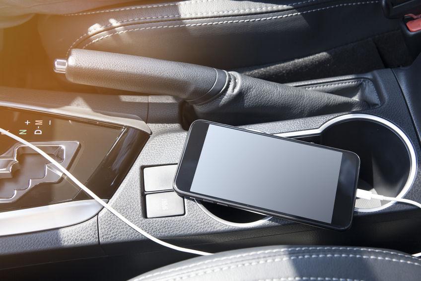 carregando um telefone em um carro