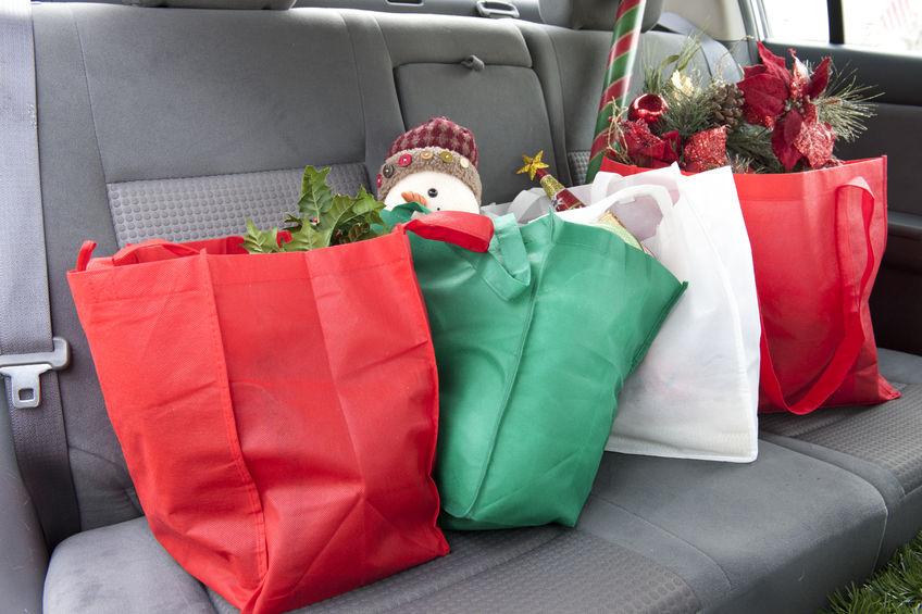 sacolas de compras no carro