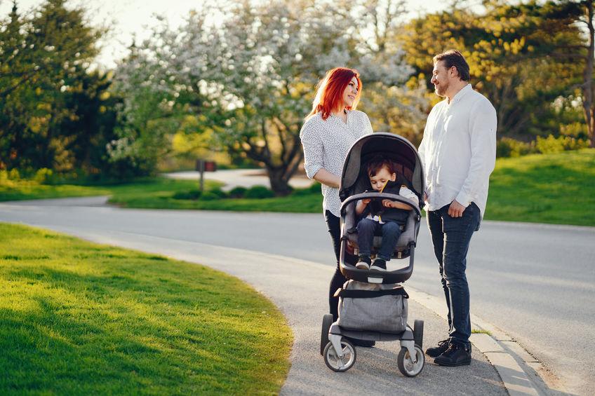 casal e bebê dando um passeio no parque