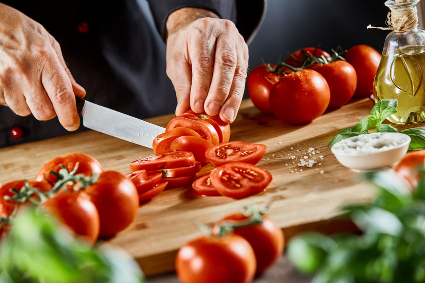 Cortar ingredientes da salada
