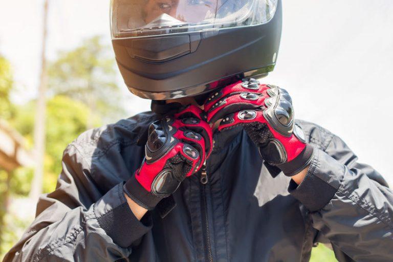 capacete ajustando motociclista