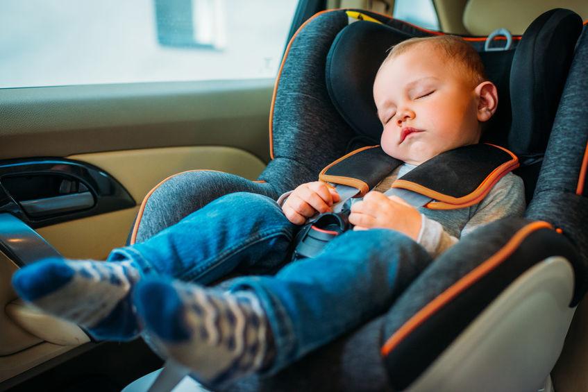 bebê dormindo na cadeirinha do carro