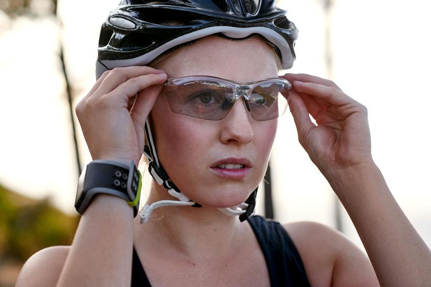 ajustando lentes de ciclismo