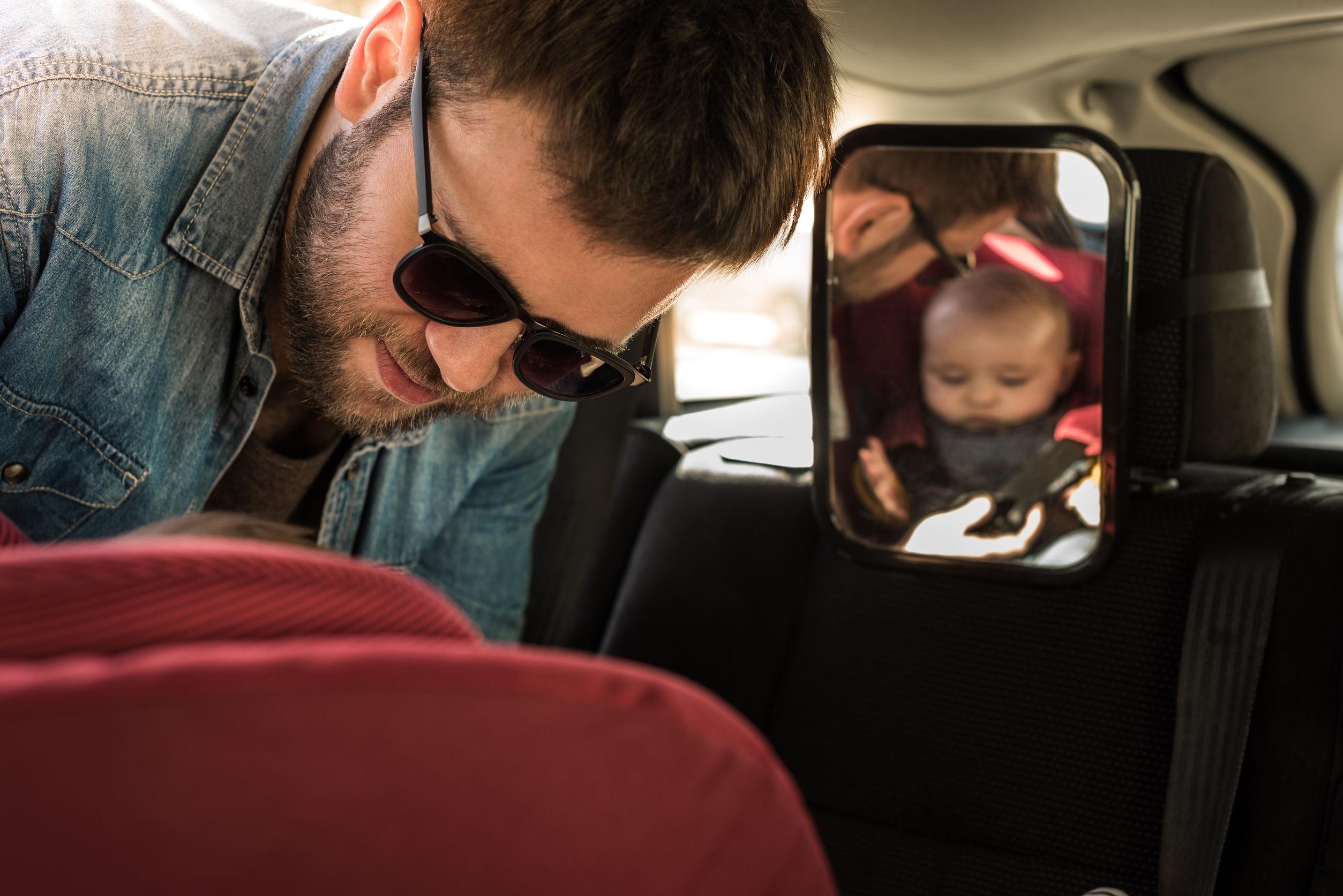 ajustando a cadeira de bebê