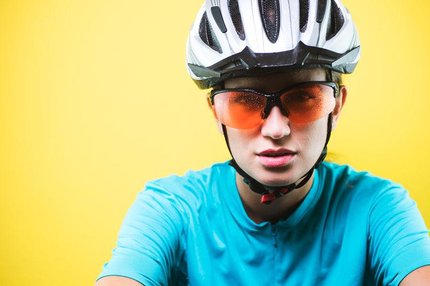 menina usando óculos de ciclismo