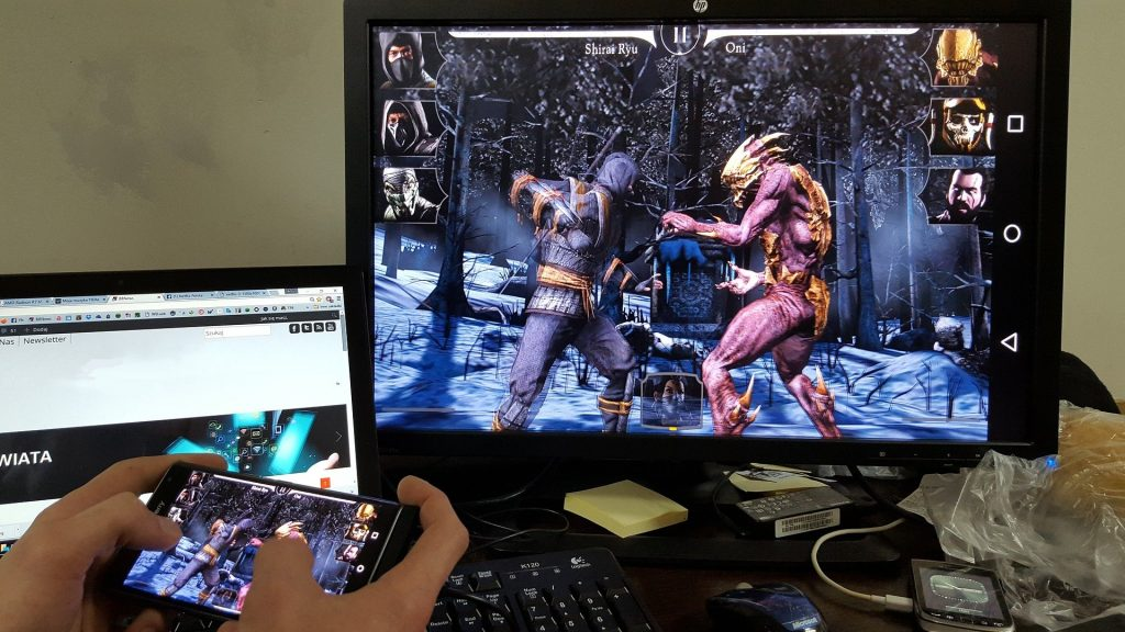 Imagem mostra uma pessoa jogando com espelhamento no computador.
