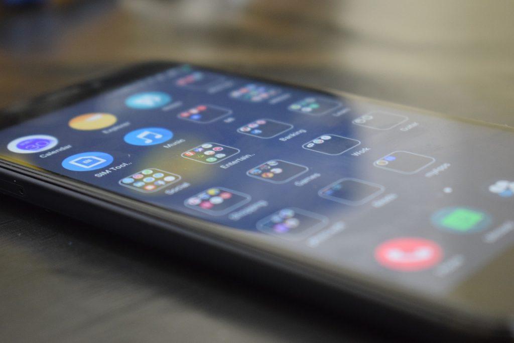 Imagem mostra um celular e seus aplicativos instalados.