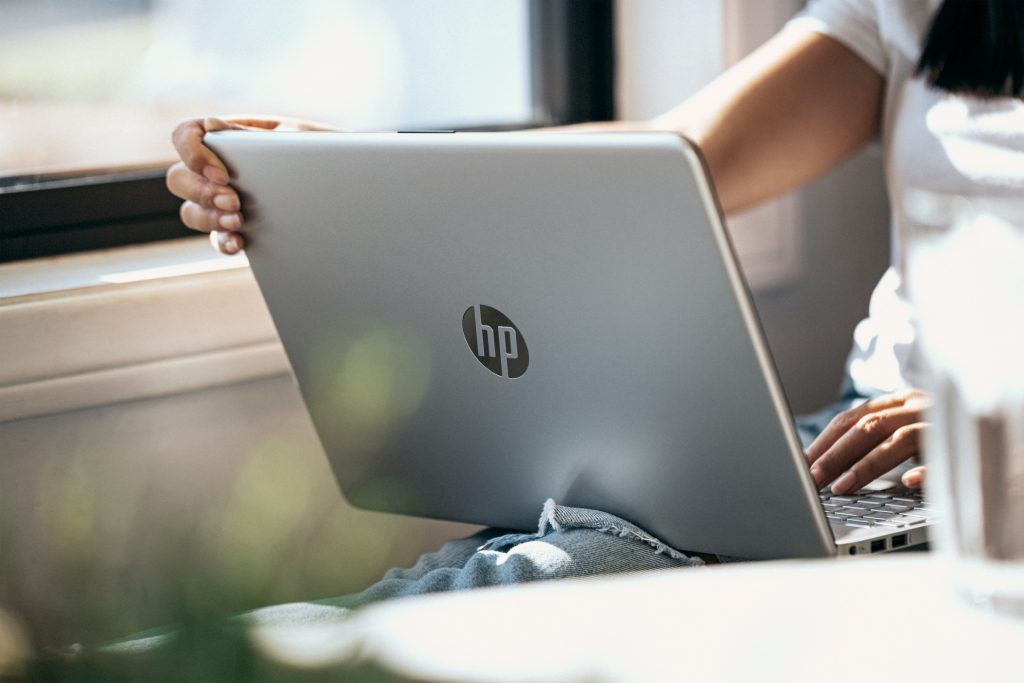 Imagem de uma mulher navegando em um notebook.
