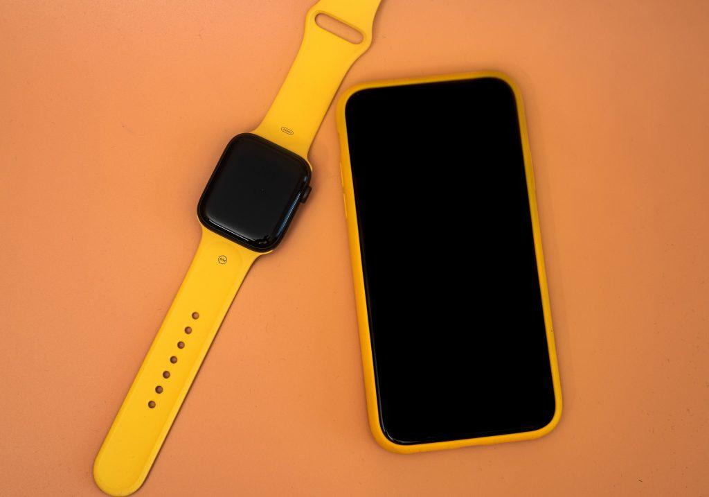 Imagem de um smartphone e um smartwatch.