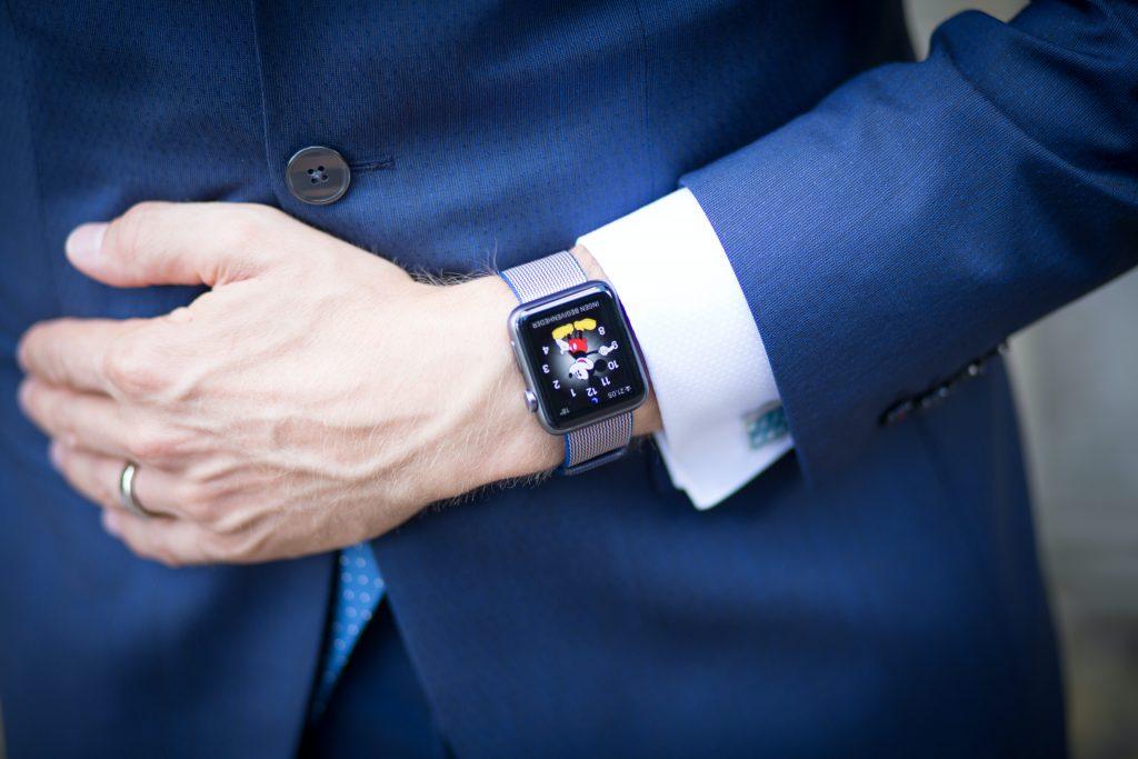 Imagem de um homem usando um smartwatch.