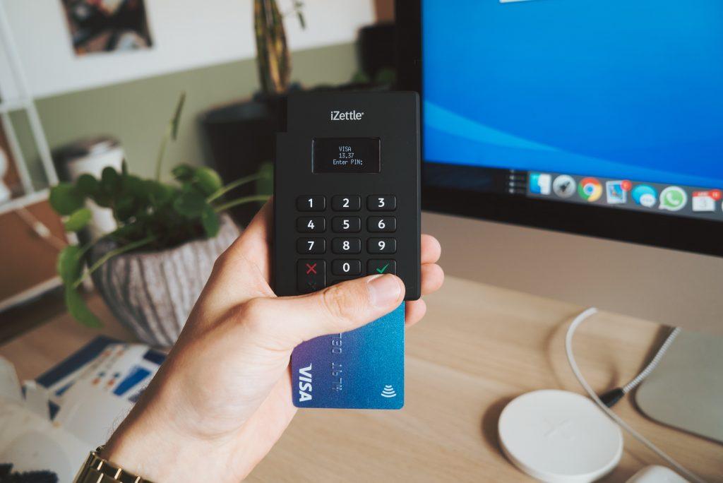 Máquina de cartão preta e pequena com um cartão encaixado