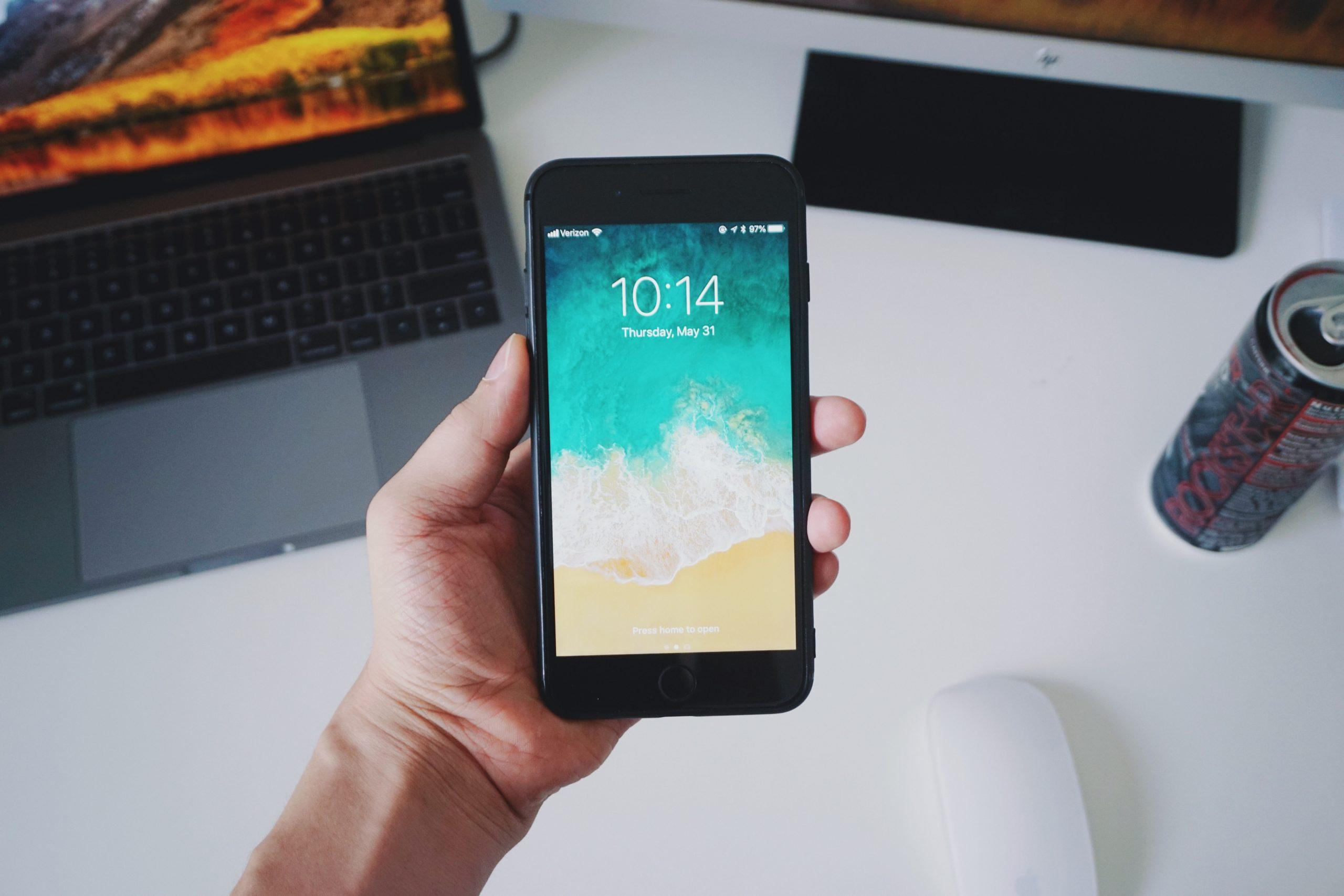 Mão segurando um iPhone