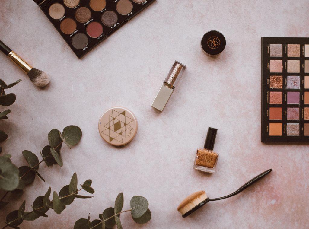 Na foto diversos itens de maquiagem espalhados.