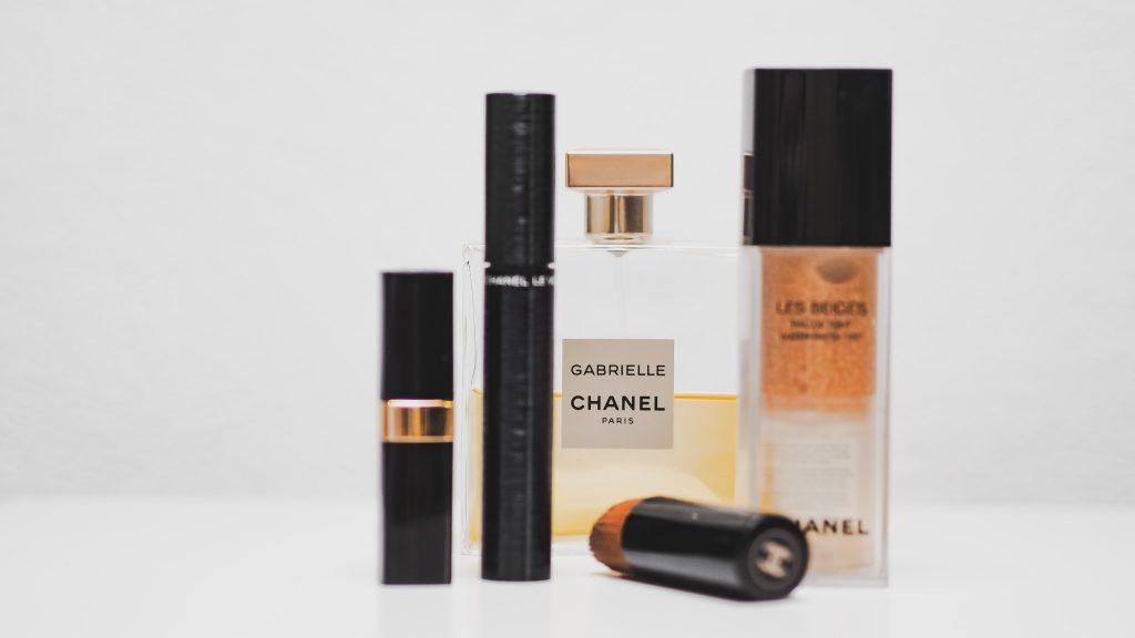 Na foto algumas maquiagens e um perfume Chanel.