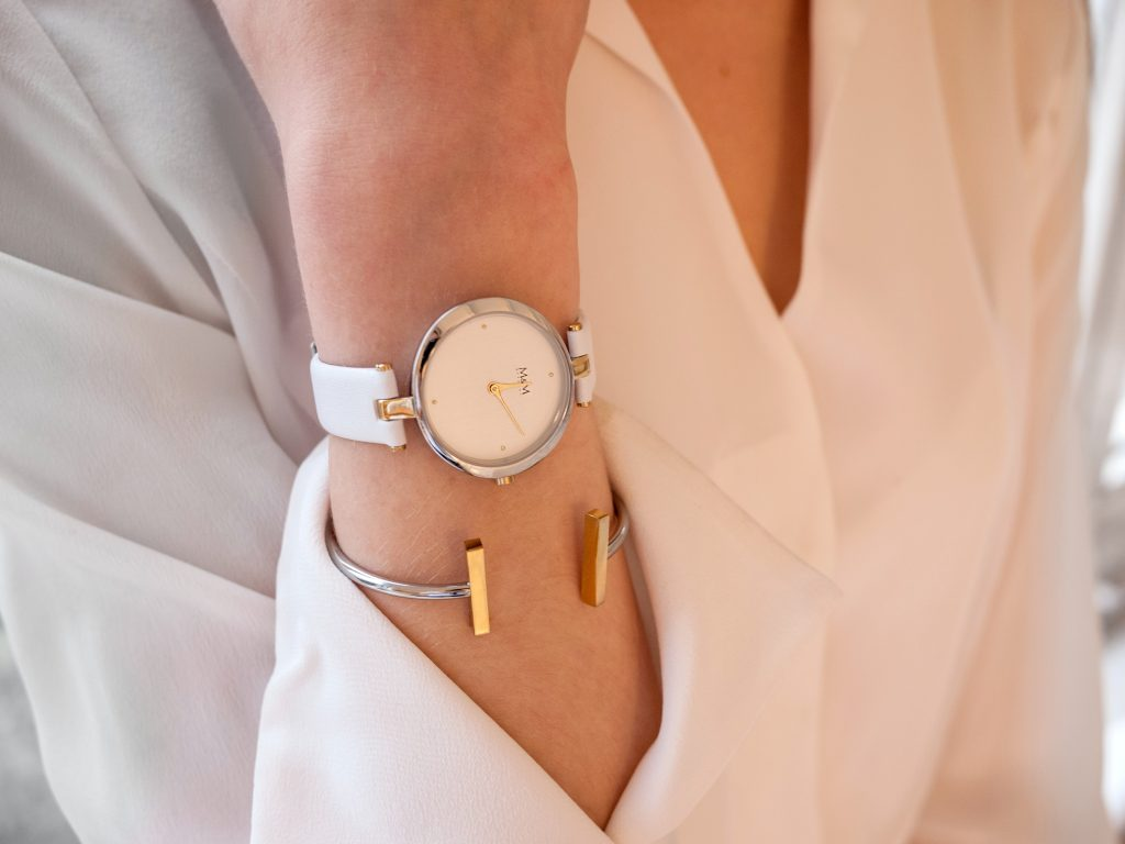 Imagem de uma mulher utilizando um relógio.