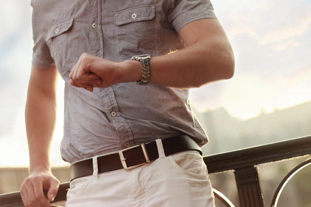 Imagem de um homem consultando o relógio.