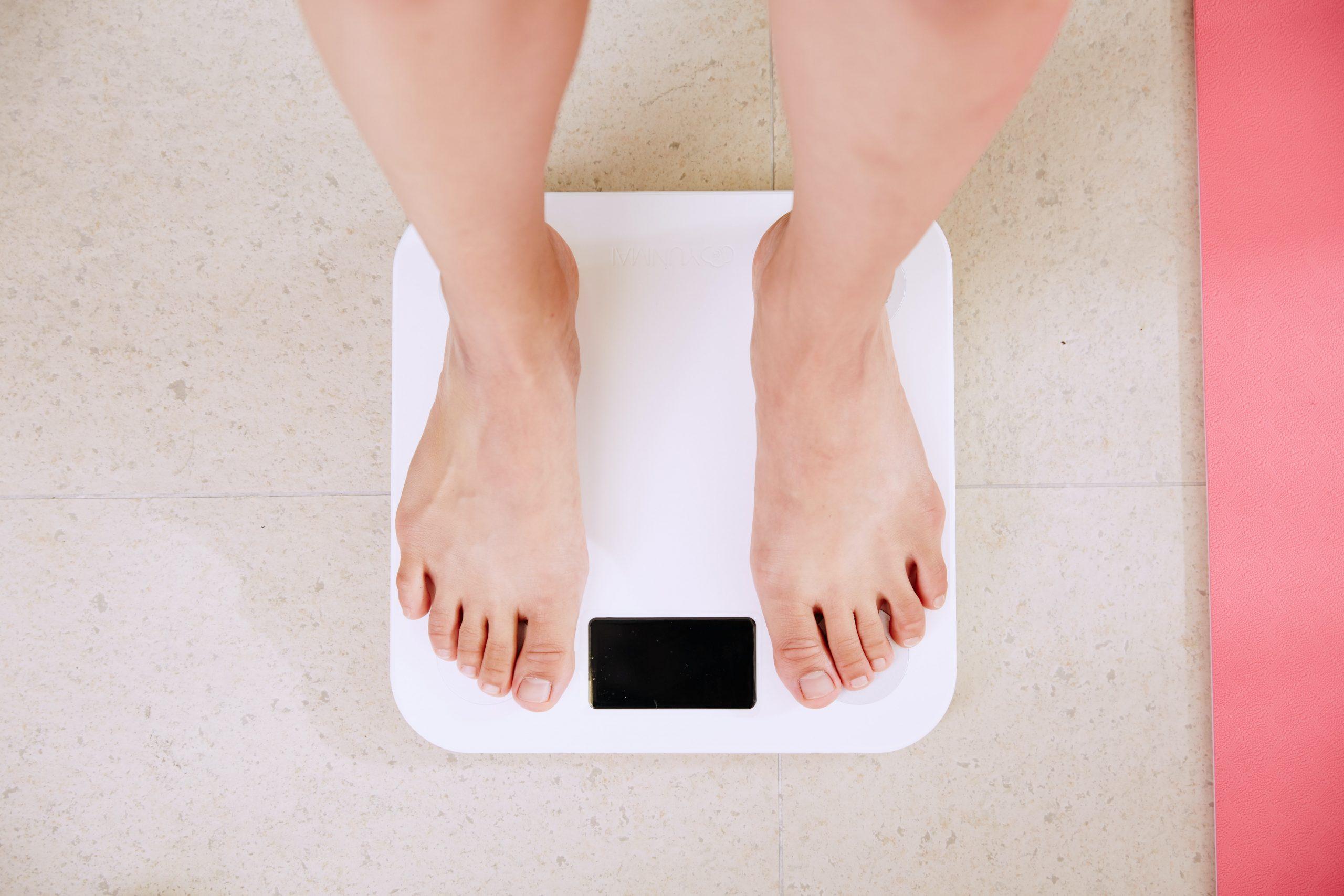 Imagem de uma pessoa se pesando.