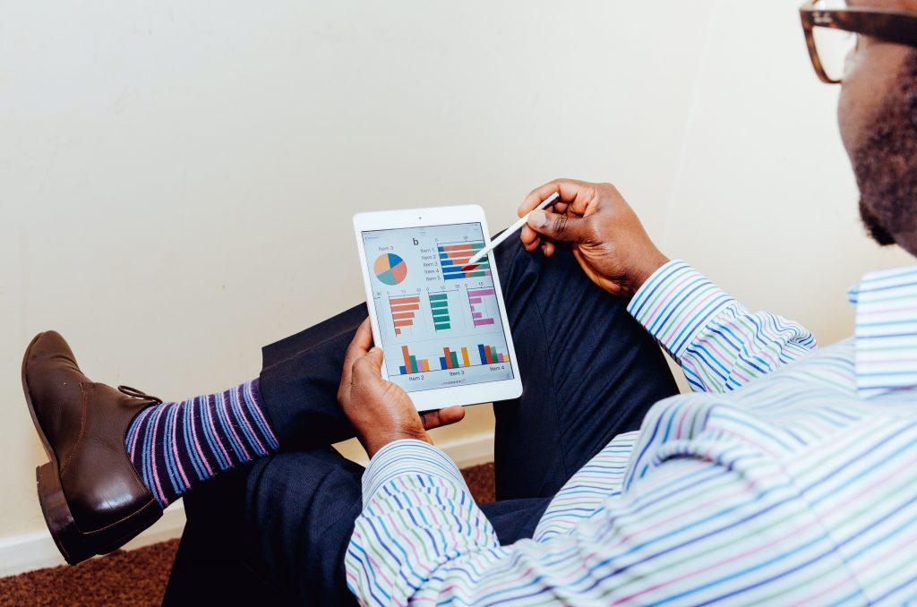 Homem analisa dados em um tablet