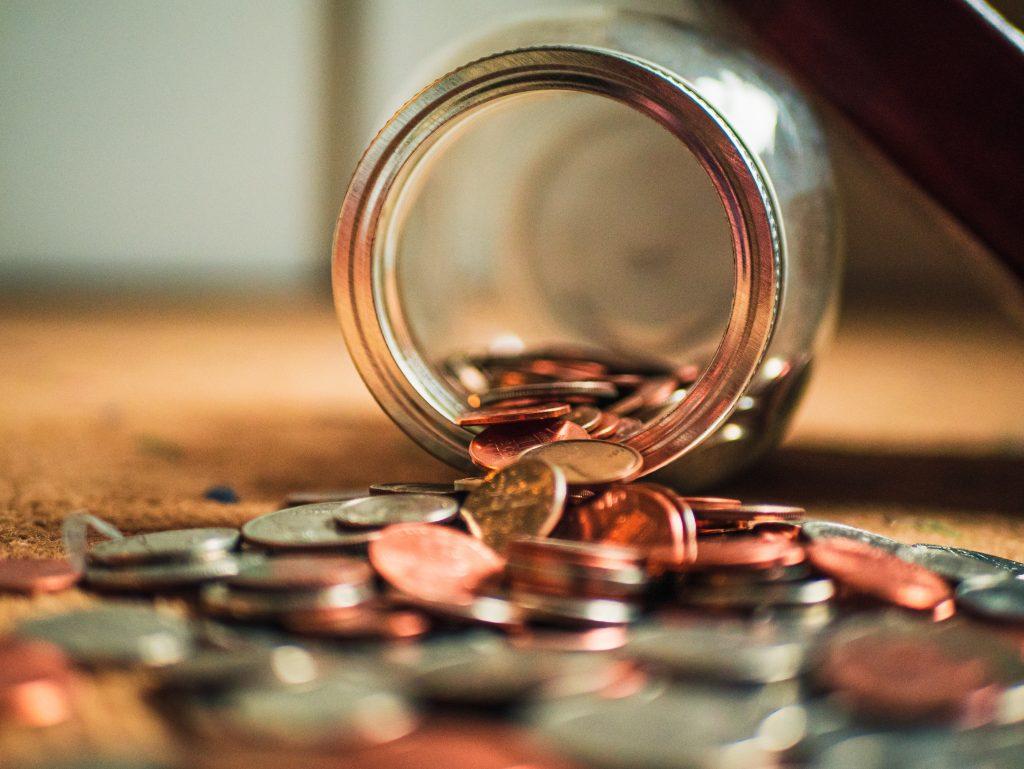 Pote caído com várias moedas espalhadas no chão