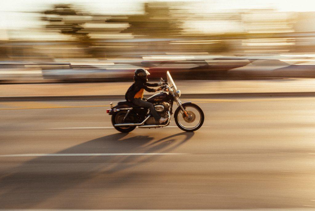 Foto de uma Moto em alta velocidade na estrada