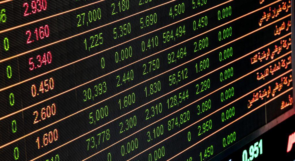 Foto de um telão gigante com números de ações de empresas da Bolsa de Valores