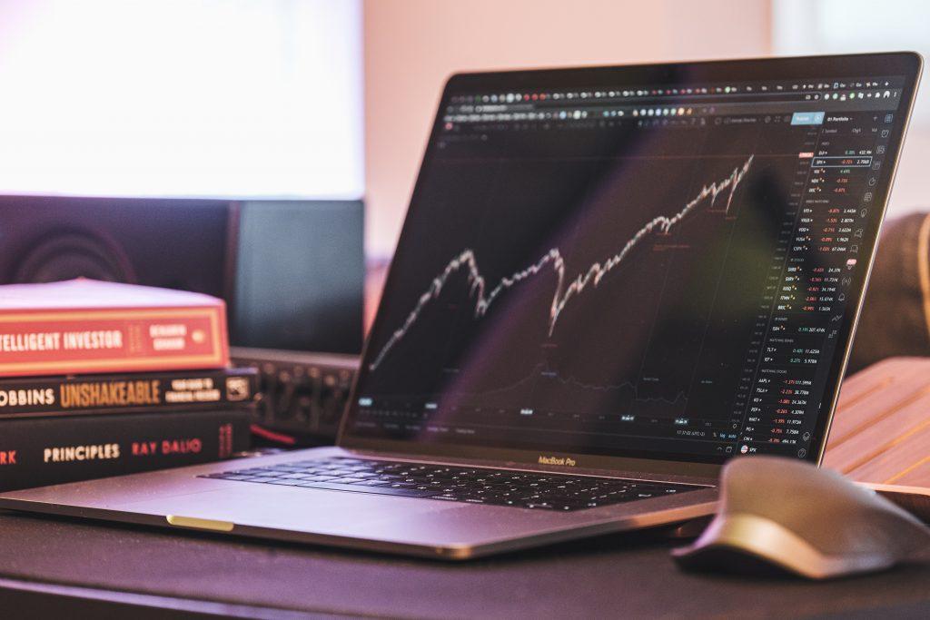 Computador mostrando um gráfico de candlestick