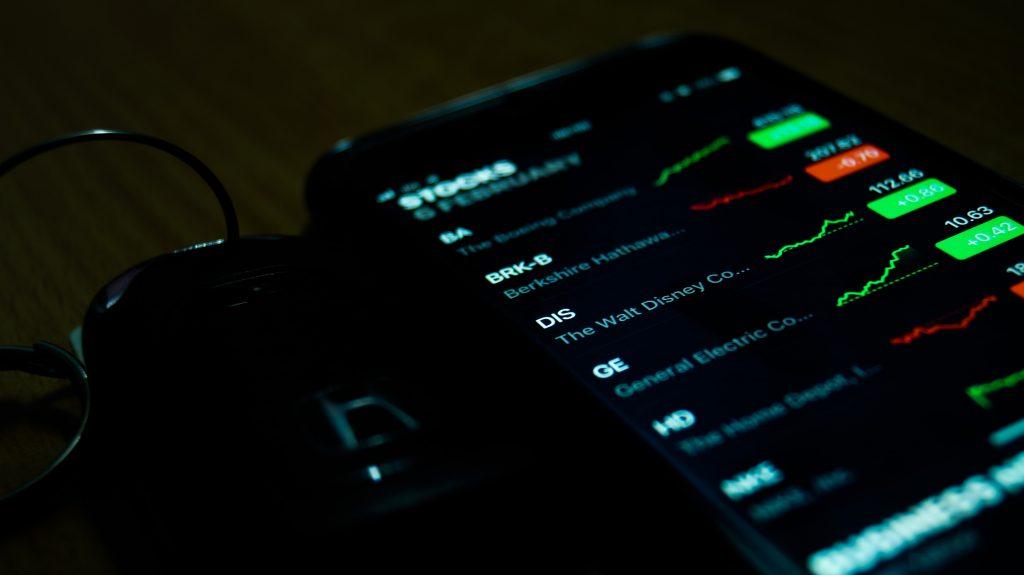 Celular mostrando cotações de empresas da Bolsa
