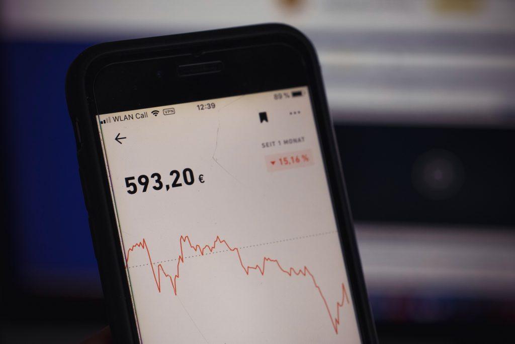 Foto mostra ações de uma empresa caindo mais de 15%