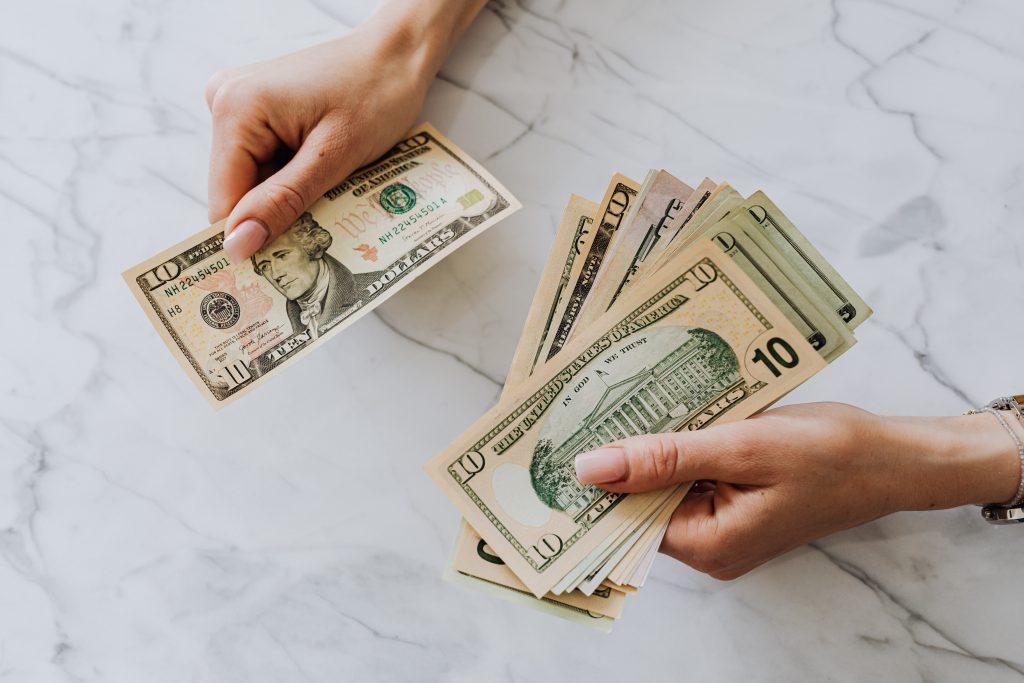 Mulher contando notas de dinheiro
