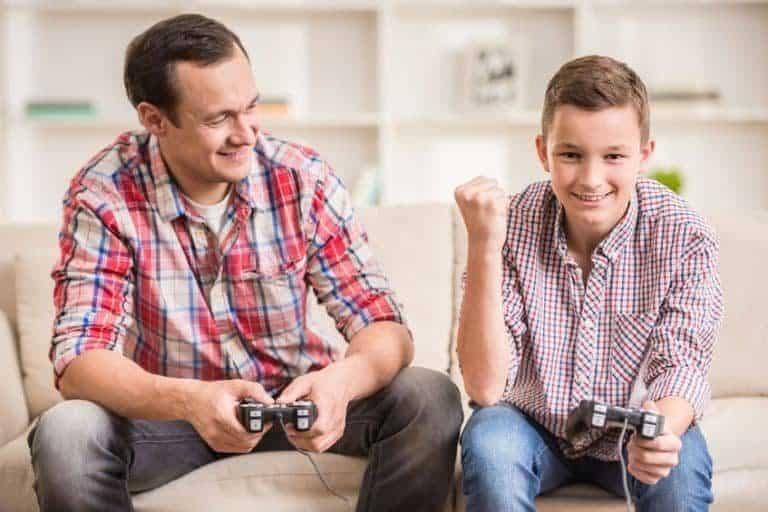 Dos chicos jugando a la consola