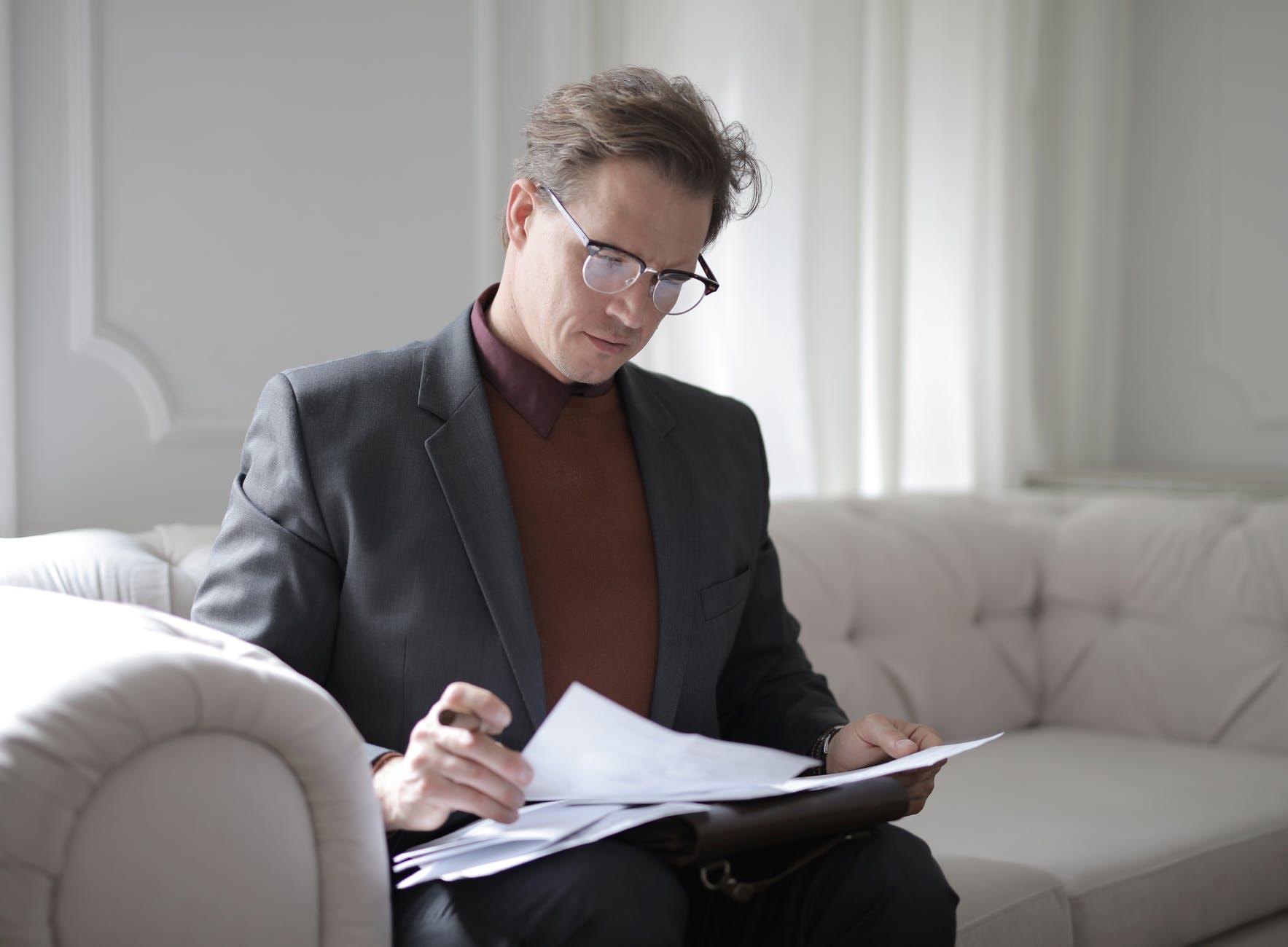 Hombre ejecutivo leyendo
