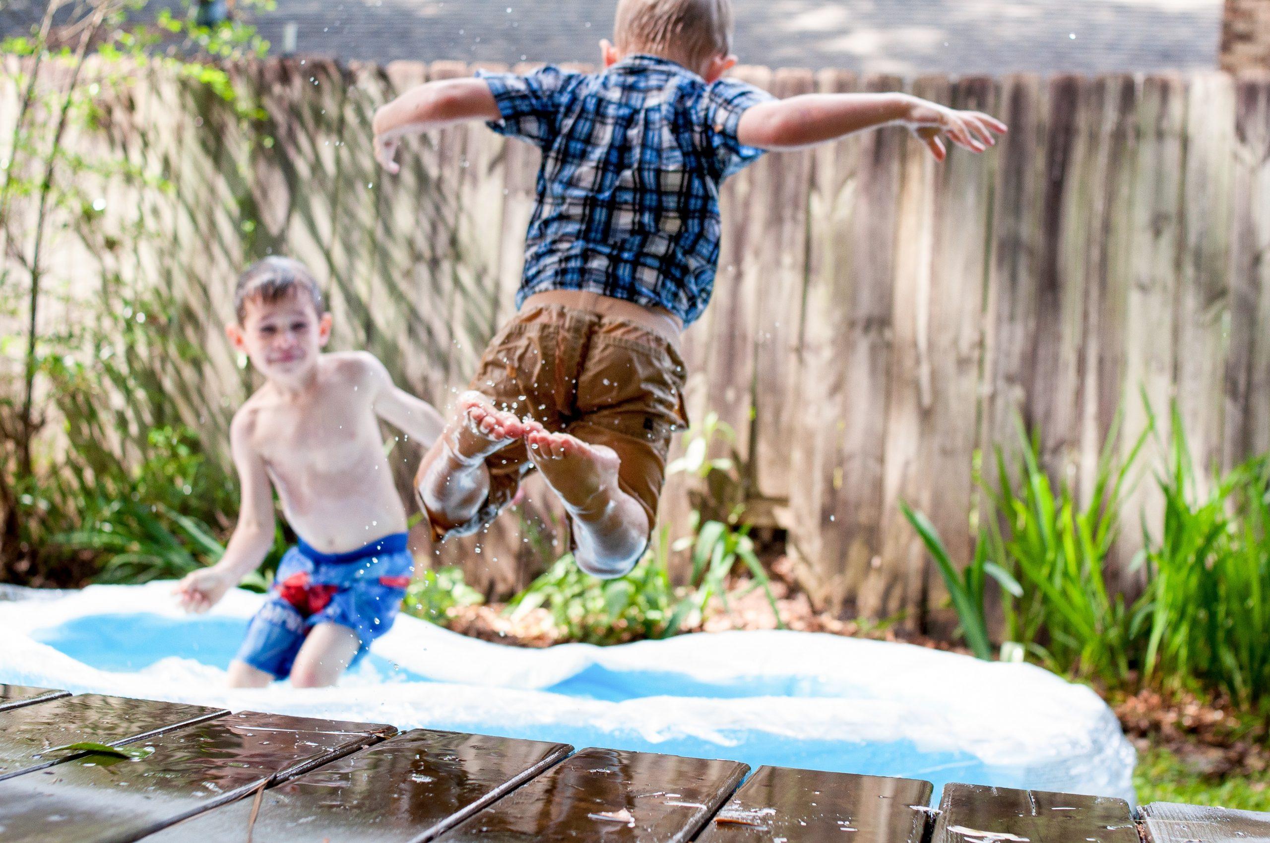 Niños jugando en piscina desmontable