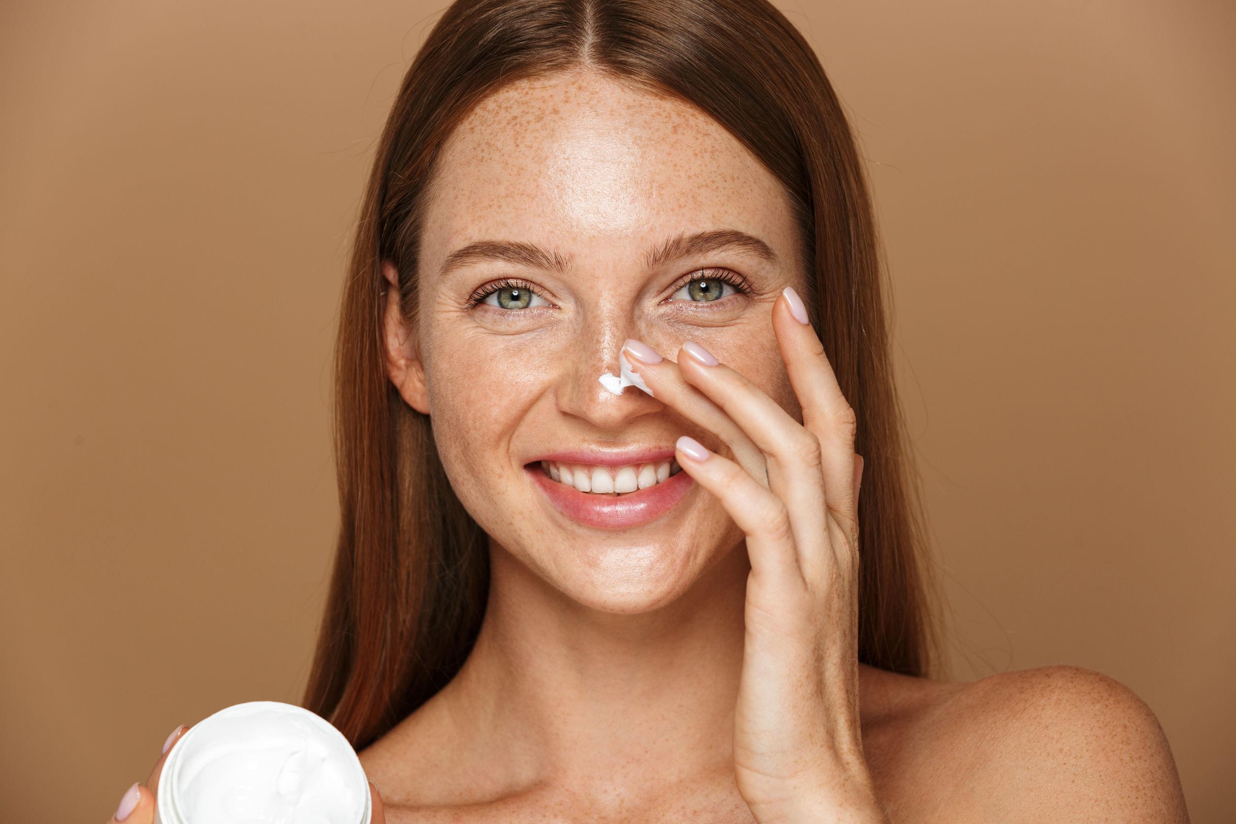 chica aplicando crema para la piel