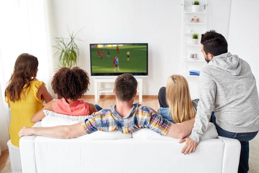 amigos viendo tv