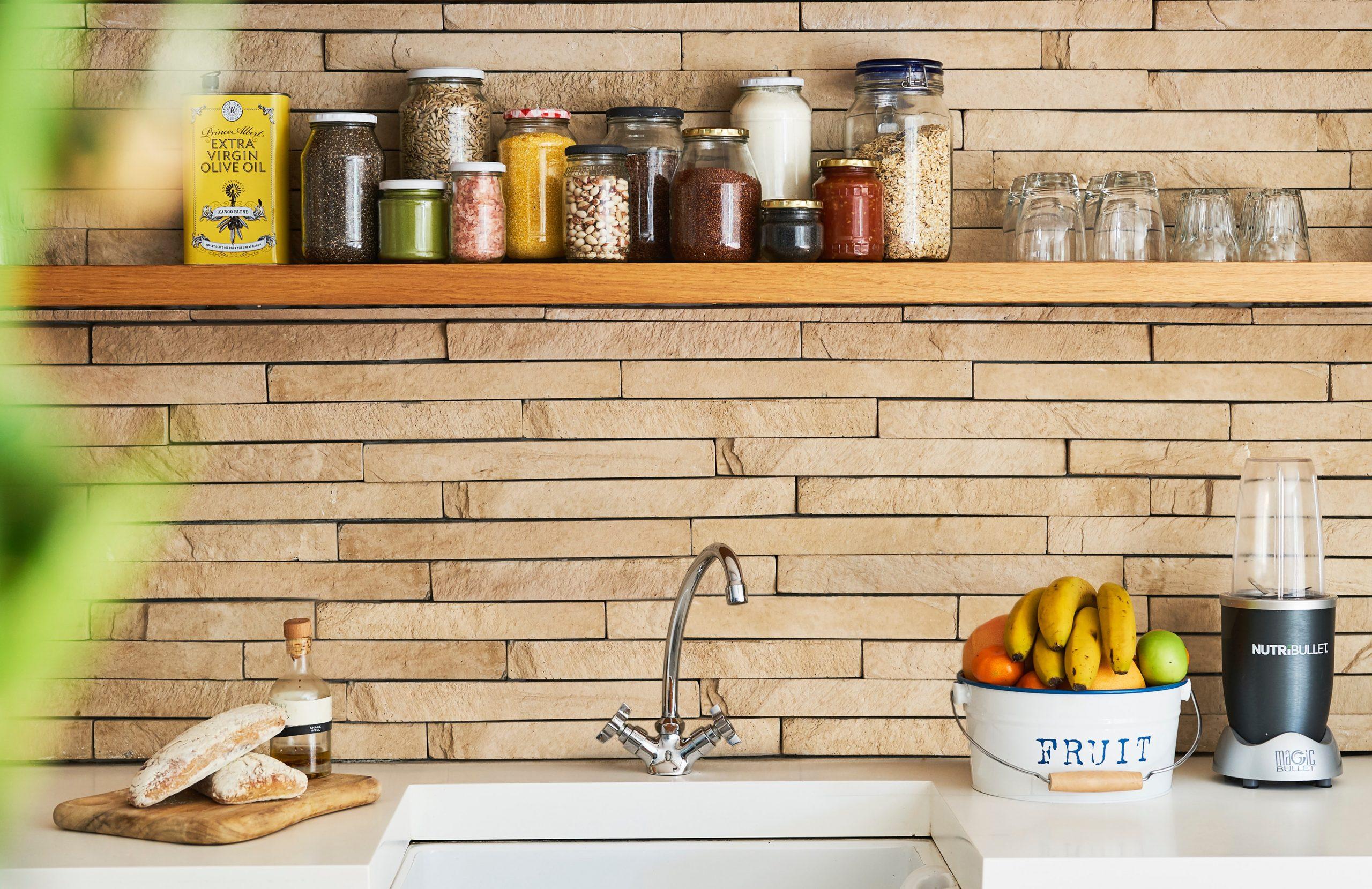 Lava platos con estante con muchos igradientes en pared de madera