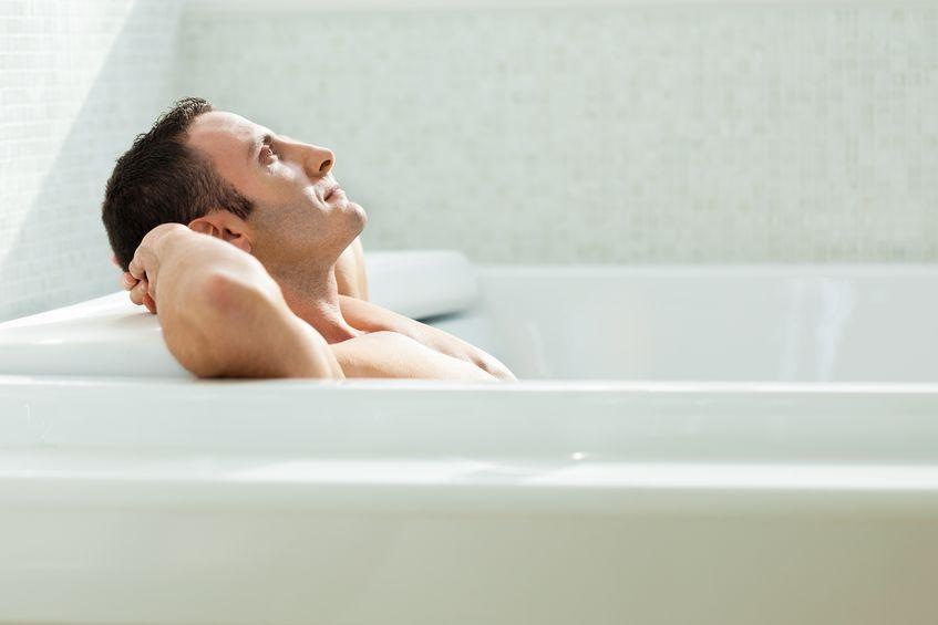 chico en bañera