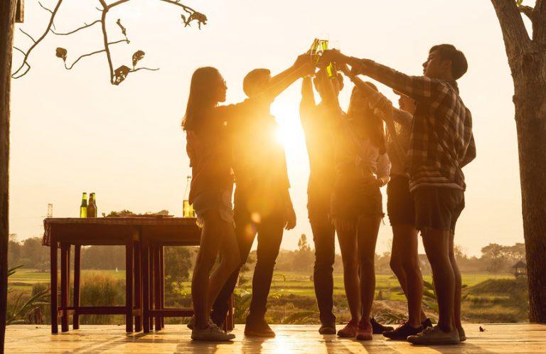Grupo de personas celebrando juntos